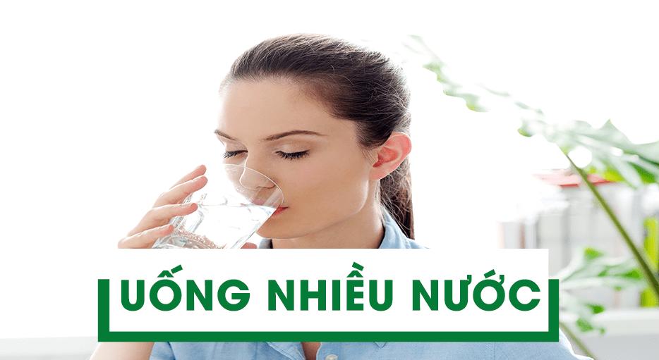 Sau khi nâng mũi nên uống nhiều nước để giảm sưng